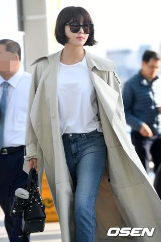 河智苑机场LOOK 短发风衣+黑色麂皮高跟鞋显强大气场