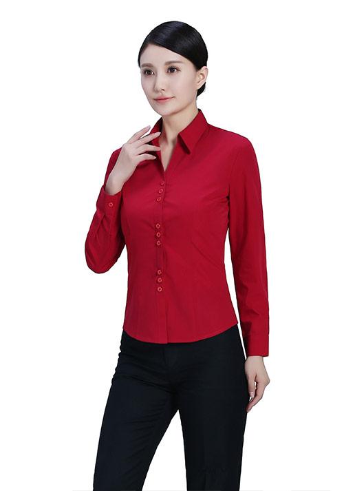 红色v领衬衫